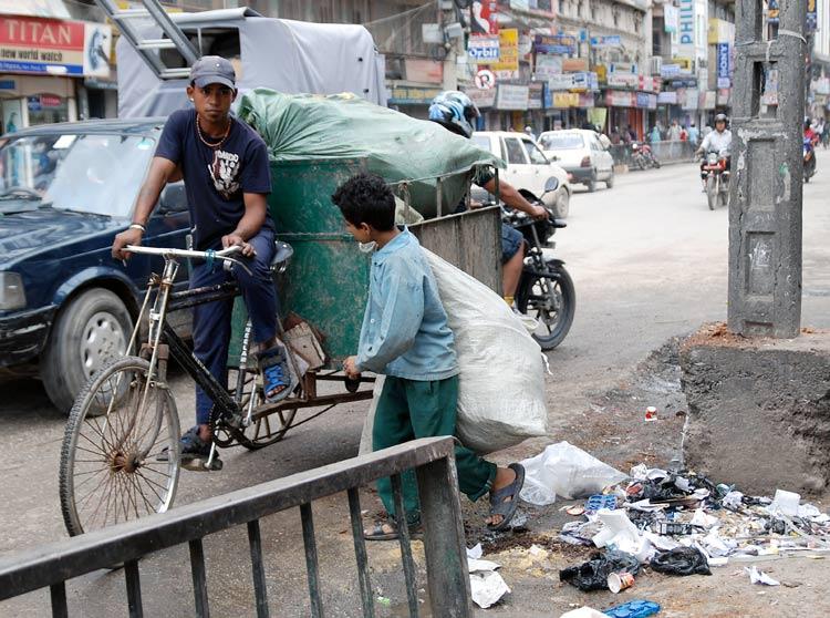 m llsammler alles was irgendwie verwertbar ist wird gesammelt stra enbilder aus kathmandu. Black Bedroom Furniture Sets. Home Design Ideas