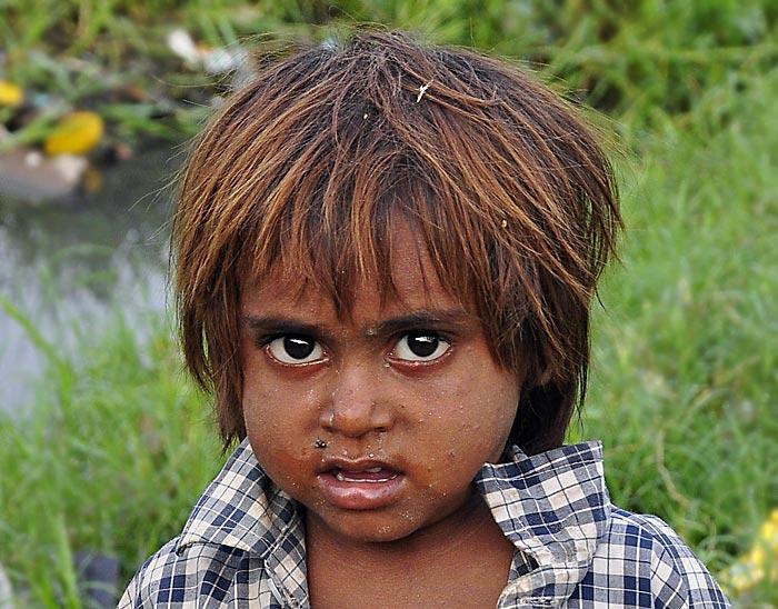 dieser junge lebt mit seiner familie am rand von delhi. Black Bedroom Furniture Sets. Home Design Ideas