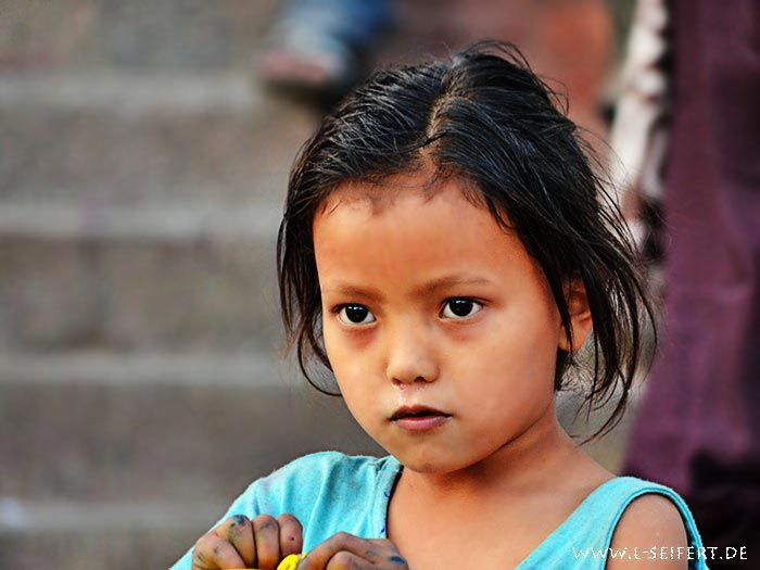 Kleines mädchen aus kathmandu
