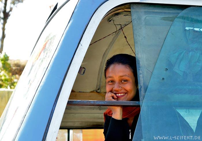 Mädchen im bus sie schaut lächelnd aus dem fenster