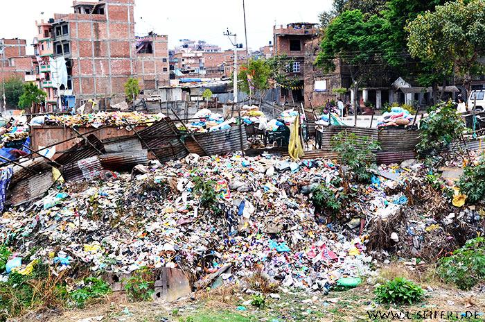 Müllberge an einem fluß. groß ist der gestank in der nähe der